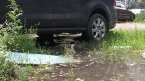 Коммунальщики затопили двор и парковку