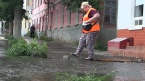 Поток воды затопил улицу Челюскинцев