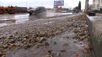 Потоп превратил улицу в каток для машин и пешеходов