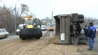 """У бензозаправки на Танкистов перевернулся """"МАЗ"""" с песком"""